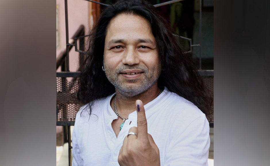 Bollywood singer Kailash Kher after casting his vote at Juhu in Mumbai on Tuesday. PTI Photo (PTI2_21_2017_000195B)