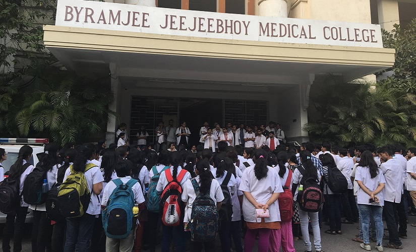 Doctors at the Byramjee Jeejeebhoy Medical College protest against the recent attack on their colleagues. Firstpost/Prachee Kulkarni