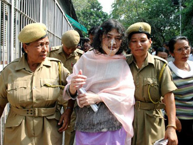 (FILES) This file photo taken on May 11, 2007 of Indian Nobel Peace Prize 2005 nominee, Irom Chanu Sharmila (C) escorted by female police officers prior to a court appearance in New Delhi. On November 2, 2010 Sharmila completed a ten-year strike demanding the repeal of the Armed Forces Special Powers Act, and alleged lawlessness, rape, murder, army excess, arbitray detention, torture and repression in Manipur, a north-eastern state of India. AFP PHOTO/STR