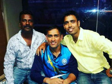 MS Dhoni posing with two of his 11 friends who visited him in Kolkata. Credit: Daily Bhaskar