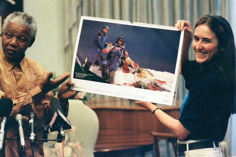 Nelson Mandela with Cathy O'Dowd, holding up a photo of her Everest summit