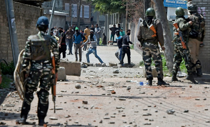 Srinagar: Youths throw stones on Security forces during clashes in Srinagar on Sunday. Four civilians where killed and more than two dozens were injured during the clashes. PTI Photo by S Irfan(PTI4_9_2017_000112B)