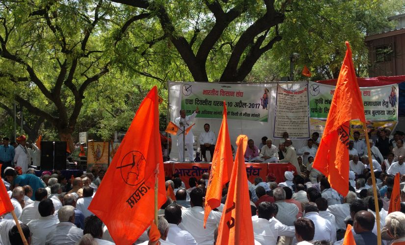 Bharatiya Kisan Sangh vice-president Prabhakar Kelkar addresses a farmer agitation at Jantar Mantar in New Delhi on Monday. Image courtesy: Debobrat Ghose