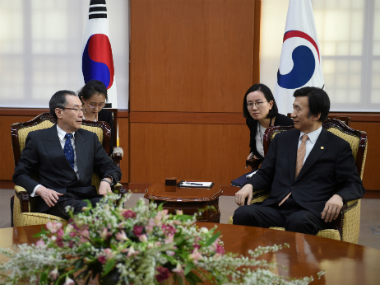South Korean Foreign Minister Yun Byung-Se (R) talks with Wu Dawei (L), China's Special Representative for Korean Peninsula Affairs, during their meeting in Seoul, South Korea . Reuters
