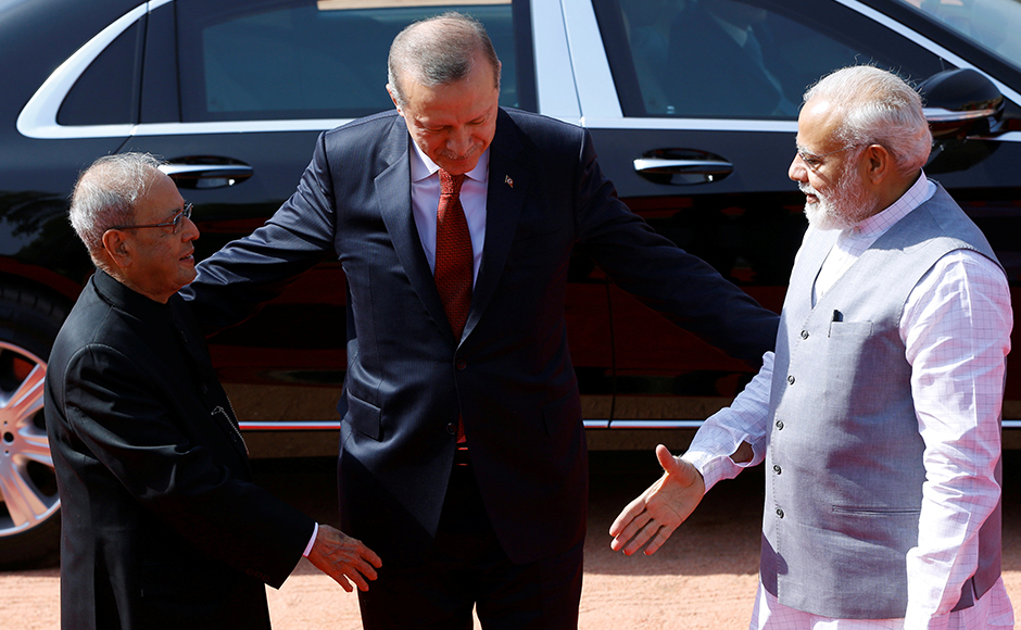 India's Prime Minister Narendra Modi and Indian President Pranab Mukherjee (L) extend their hands for a hand shake with Turkish President Tayyip Erdogan (C), during Erdogan's ceremonial reception at the forecourt of India's Rashtrapati Bhavan presidential palace in New Delhi, India, May 1, 2017. REUTERS
