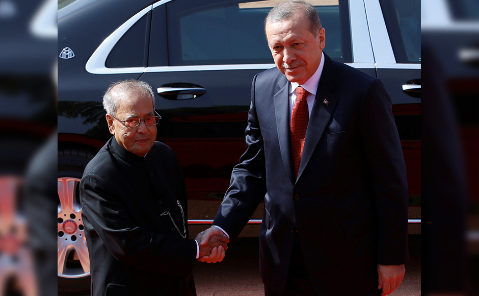 Turkish President Tayyip Erdogan shakes hands with his Indian counterpart Pranab Mukherjee (L) during his ceremonial reception at the forecourt of India's Rashtrapati Bhavan presidential palace in New Delhi, India, May 1, 2017. REUTERS
