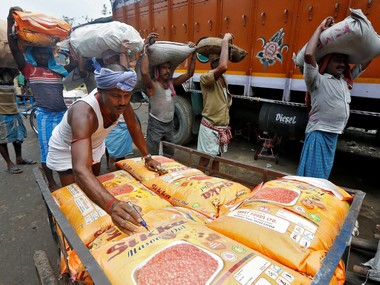 A labourer marks the sacks filled with pulses before loading them into a truck as others wait in a queue to load at a wholesale market in Kolkata, India May 16, 2016. REUTERS/Rupak De Chowdhuri - RTSEGIS