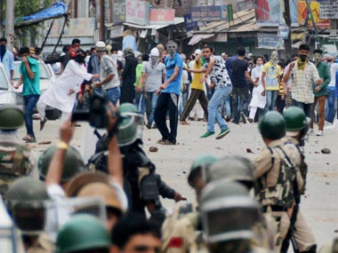 Stonepelting mobs help Kashmir LeT chief Abu Dujana escape police dragnet in Pulwama