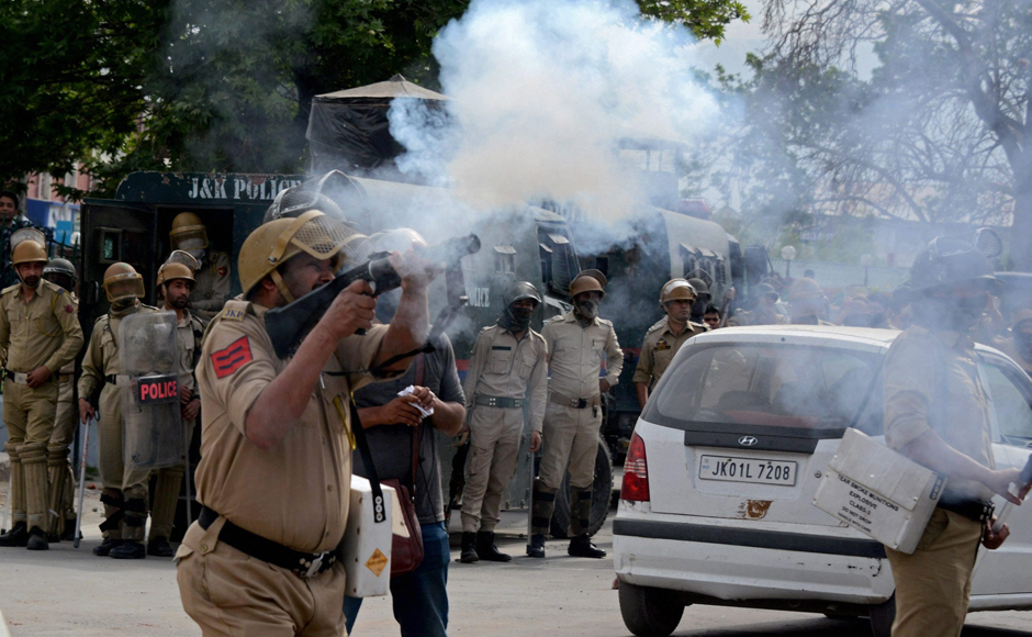 Jammu and Kashmir Police clash with stone-pelters in Srinagar
