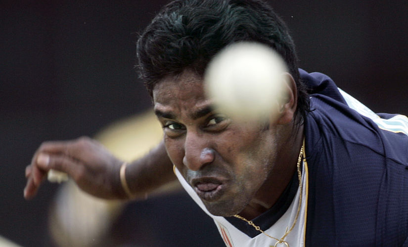 Sri Lanka's Chaminda Vaas keeps his eye on the ball during training for the World Cup cricket Super Eights in Georgetown March 31, 2007. MOBILES OUT, EDITORIAL USE ONLY REUTERS/Andy Clark (GUYANA) - RTR1O562