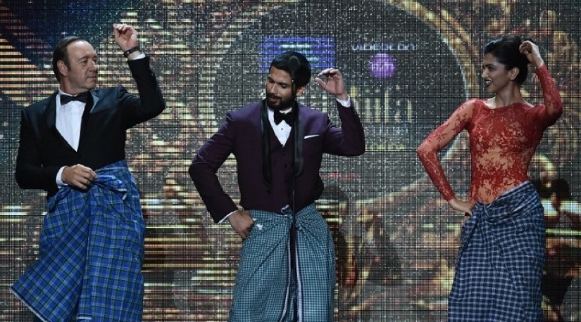 Kevin Spacey doing Lungi Dance with Deepika Padukone, Shahid Kapoor at IIFA Awards 2014. Image via AFP