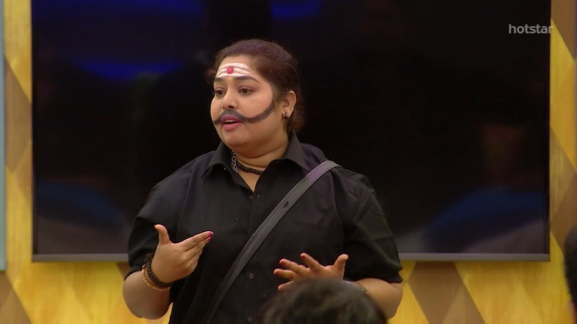 Harathi speaking with the other housemates of Bigg Boss. Screengrab