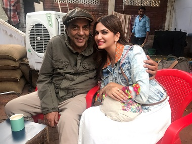 Dharmendra and Kriti Kharbanda on the sets of Yamla Pagla Deewana 3. Image via Twitter