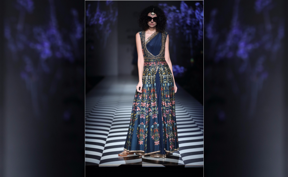 Valaya's collection introduced a line of occasion-wear ensembles based on three of the labels favourite inspirations. The designs will henceforth be called The Classics of JJ Valaya.