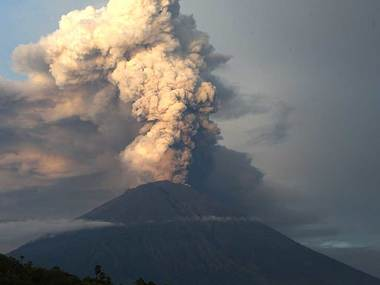 Bali volcano: Airlines cut back on flights fearing return of plumes of volcanic ash, tourists remain stranded