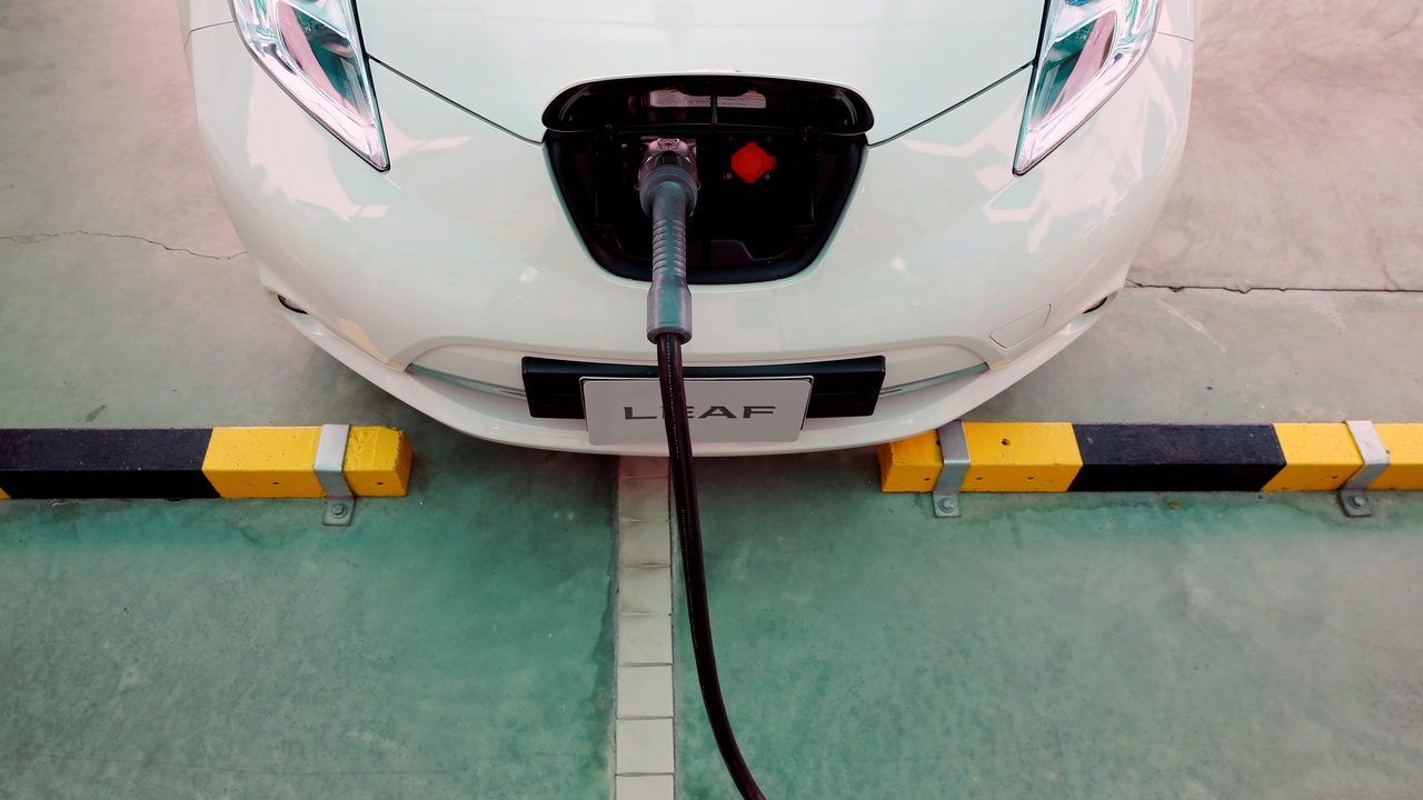 An electric car is seen while being charged during the opening of a PTT Pcl energy firm's commercial EV (Electric Vehicle) charging station, in Bangkok, Thailand, August 15, 2016. REUTERS/Jorge Silva/File