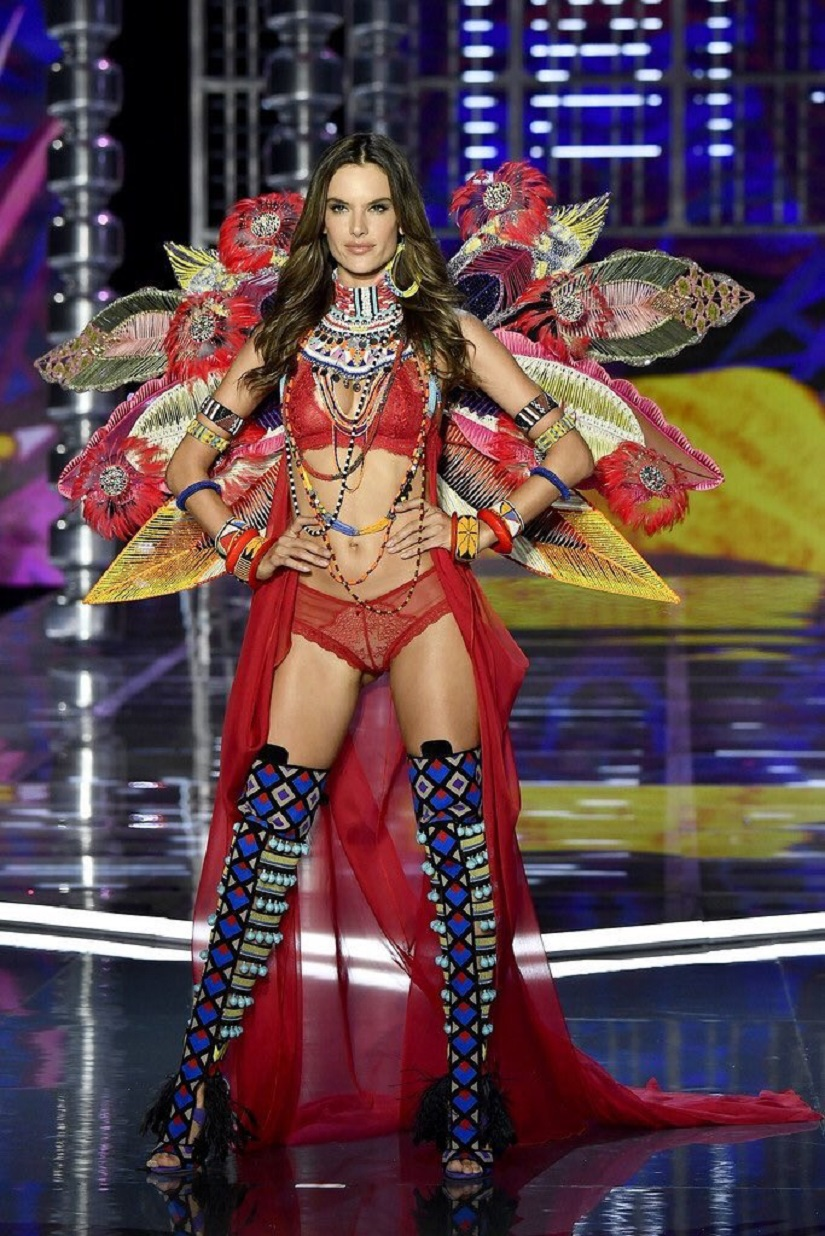 Alessandra Ambrosio during her last Victoria's Secret fashion show. Image from Twitter/@Angels_VSecret.
