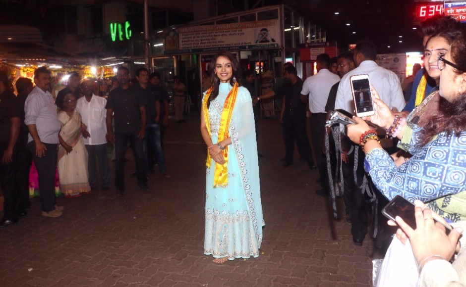 Manushi Chhillar returns to Mumbai after Miss World win; seeks blessings at Siddhivinayak Temple