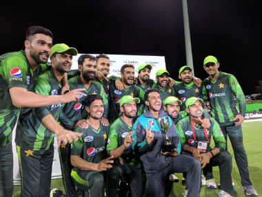 The Pakistan team poses with the winners' trophy after the 3rd T20I. Image credit: Twitter/@TheRealPCB