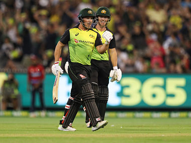 Australia's Aaron Finch (L) celebrates the Aussies 3rd series win with D'Arcy Short (R) during the Twenty20 International Tri-Series cricket match between England and Australia at the MCG in Melbourne on February 10, 2018. / AFP PHOTO / CON CHRONIS / --IMAGE RESTRICTED TO EDITORIAL USE - STRICTLY NO COMMERCIAL USE--