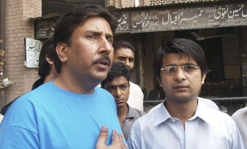 Former Pakistan cricket captain Salim Malik (L) leaves the civil court in Lahore 23 October, 2008. Reuters