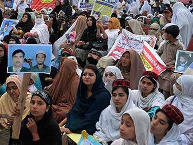 Thousands of Pashtun tribesmen rally against security forces in Pakistan protest for right to live without fear