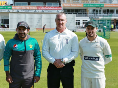 Pakistan captain Sarfraz Ahmed and Leicestershire skipper Lewis Hill. Twitter: @leicsccc