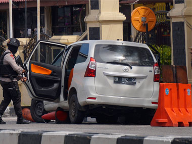 Swordwielding men attack Riau police headquarters in Indonesia killing one officer 4 assailants shot dead 1 arrested