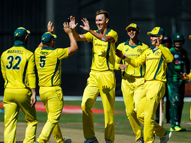 Australia's strike bowler Billy Stanlake (C) celebrates a wicket with teammates during the 2nd match played between Australia and Pakistan as part of a T20 tri-series which includes host country Zimbabwe at Harare Sports Club, on July 2, 2018. / AFP PHOTO / Jekesai NJIKIZANA