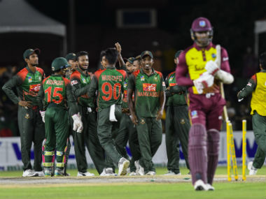 Mahmudullah (L), Shakib Al Hasan (3rd L) and Rubel Hossain (3rd R) of Bangladesh celebrate the dismissal of Marlon Samuels. AFP