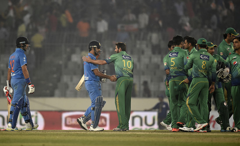 Pakistan's captain Shahid Afridi (C-R) congratulates India's captain Mahendra Singh Dhoni (C-L) at the end of the Asia Cup T20 cricket tournament match between India and Pakistan at the Sher-e-Bangla National Cricket Stadium in Dhaka on February 27, 2016. India trounced bitter rivals Pakistan by five wickets in a one-sided affair at the Asia Cup Twenty20 tournament. / AFP PHOTO / MUNIR UZ ZAMAN