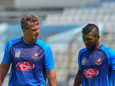 Bangladesh cricket team coach Steve Rhodes (R) talks to Bangladesh cricketer Nazmul Islam (R) during a training session ahead of the second one day international (ODI) cricket match between Bangladesh and Zimbabwe at the Zohur Ahmed Chowdhury Stadium in Chittagong on October 23, 2018. (Photo by MUNIR UZ ZAMAN / AFP)