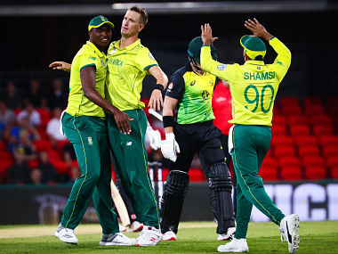 Chris Morris (C) of South Africa is congratulated by teammates after dismissing Australia's D'Arcy Short during the T20 international cricket match between Australia and South Africa at Metricon Stadium on the Gold Coast on November 17, 2018. (Photo by Patrick HAMILTON / AFP) / -- IMAGE RESTRICTED TO EDITORIAL USE - STRICTLY NO COMMERCIAL USE --