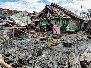 Indonesia tsunami Toll crosses 400 relief workers warn of clean water medical supplies deficit as survivors cram rescue camps