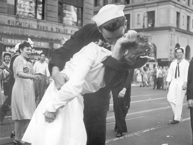 Day after US sailor George Mendonsas death iconic statue of World War II kiss vandalised