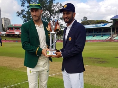 South Africa captain Faf du Plessis (L) and Sri Lanka skipper Dimuth Karunaratane (R) pose with the trophy. Twitter @OfficialCSA