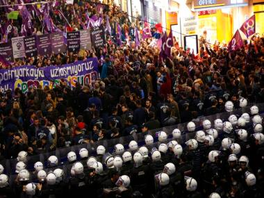 Istanbul cops fire tear gas at thousands of women who were protesting ban on International Womens Day rally