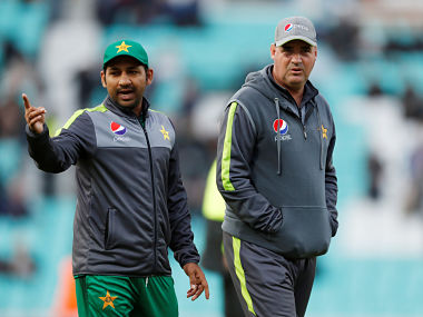 Cricket - First One Day International - England v Pakistan - Kia Oval, London, Britain - May 8, 2019 Pakistan head coach Mickey Arthur and Sarfraz Ahmed on the pitch during a rain delay Action Images via Reuters/Paul Childs - RC1BFF3CF970
