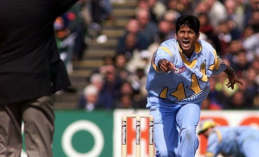 India's Venkatesh Prasad successfully appeals for the wicket of Pakistan's Salim Malik during their Super Six Cricket World Cup match at Old Trafford, Manchester 08 June 1999. UK OUT (Photo by OWEN HUMPHREYS / PA / AFP)