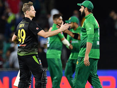 Steve Smith (L) of Australia shakes hands with Pakistan's Imad Wasim after the second Twenty20 match between Australia and Pakistan at the Manuka Oval in Canberra on November 5, 2019. (Photo by Saeed KHAN / AFP) / IMAGE RESTRICTED TO EDITORIAL USE - STRICTLY NO COMMERCIAL USE