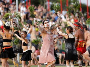 Australia Day 2020 Raging bushfires take centrestage as thousands pay tribute to firefighters at parade