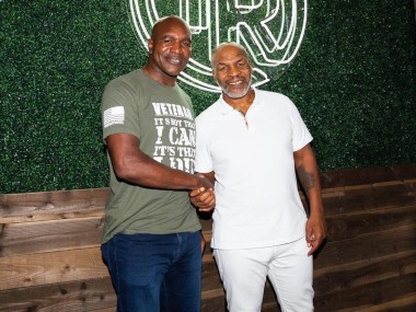 Evander Holyfield wants to fight a charity match against Mike Tyson. Image: Twitter/@chesterjohnsonj
