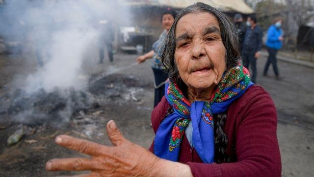 Cum sclavii romi moderni care trăiesc la marginea societății ard deșeuri dăunătoare pentru o viață