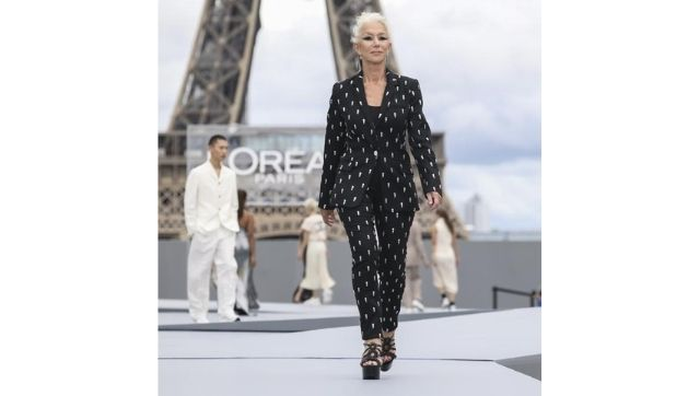 Helen Mirren wears a creation for the L'Oréal Spring / Summer 2022 ready-to-wear show.